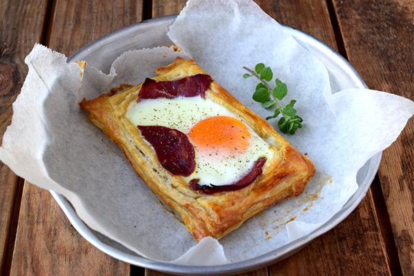 Σφολιάτα με αυγό & παστουρμά