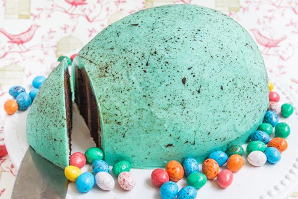 Πασχαλινό κέικ σε σχήμα αυγό