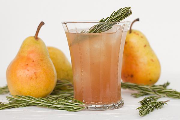 Κοκτέιλ χωρίς αλκοόλ με αχλάδι & δεντρολίβανο