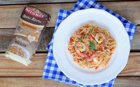 Κριθαράκι ολικής άλεσης με γαρίδες, σάλτσα ντομάτας και ούζο