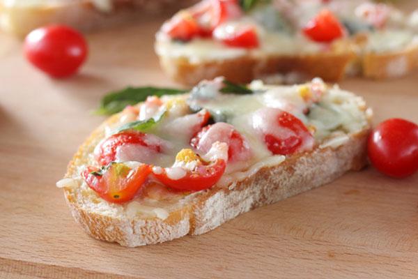 μπρουσκέτες με ντομάτα και τυρί