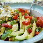 Σαλάτα με αβοκάντο, ντομάτα και κατίκι