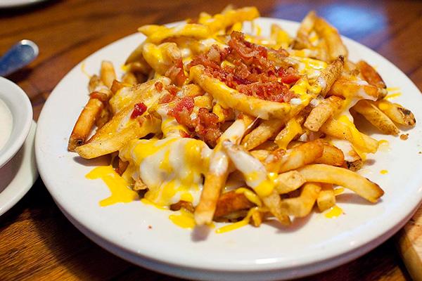 τηγανητές πατάτες με τυρια τυριά