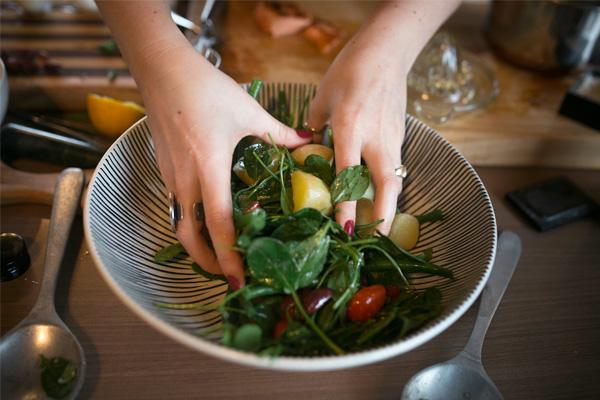 ανακατεύουμε τη σαλάτα με τα χέρια